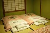 Futons auf mit Tatamis ausgelegtem Boden in traditionellem Gebrauch